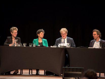 Preadviseurs Ashley Terlouw en Tineke Strik (beiden Radboud Universiteit Nijmegen), aftreden NVJ-voorzitter Nico Schrijvers (Universiteit Leiden) en referent Hemme Battjes (VU Amsterdam)