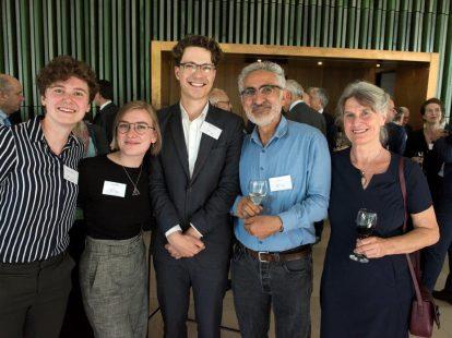 Kris van der Pas (RUN), Robin Kuijker (Tilburg University), winnaar NJV-Publicatieprijs Thijmen Nuninga (UL), Tajddin Özen (beeldhouwer, maker van de prijs) en Anneke Özen (GGZ)