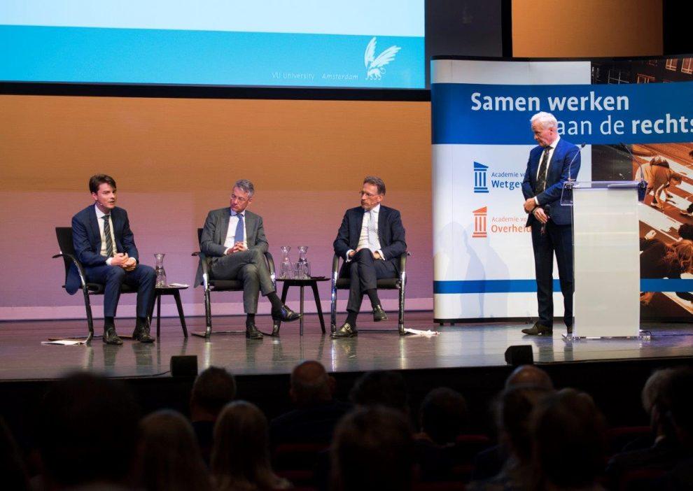 Afsluitend forum: Wubbo Wierenga (Berenschot), Maarten Camps (ministerie van Economische Zaken en Klimaat) en Frank van Ommeren (Vrije Universiteit), staand: rector Bert Niemeijer (Academie voor Overheidsjuristen/Academie voor Wetgeving)