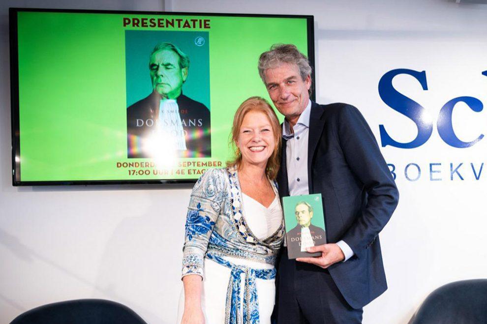 Advocaat Stijn Franken nam het eerste exemplaar van Dorsmans dood in ontvangst