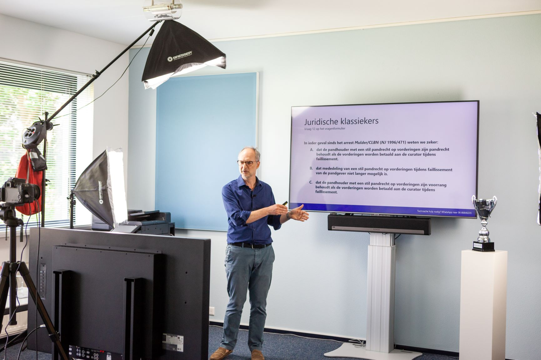 Quizmaster Christiaan Alberdingk Thijm aan het werk.