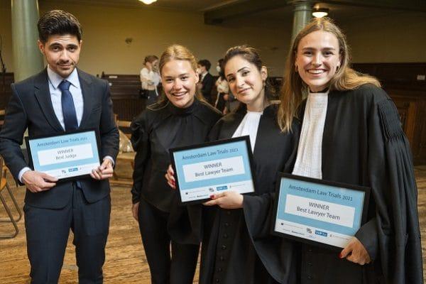 Van links naar rechts: Ömer Arkan, Julia Markus, Nadia Rashid en Bowien Ravesteijn (foto: Chris van Houts)