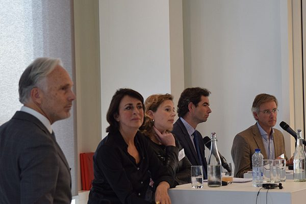 v.l.n.r. dagvoorzitter Arnaud Booij en panelleden Saskia Reuling, Mijke Sinnighe Damsté, Geert Raaijmakers en Gijs Makkink. Foto Herman Doeleman.