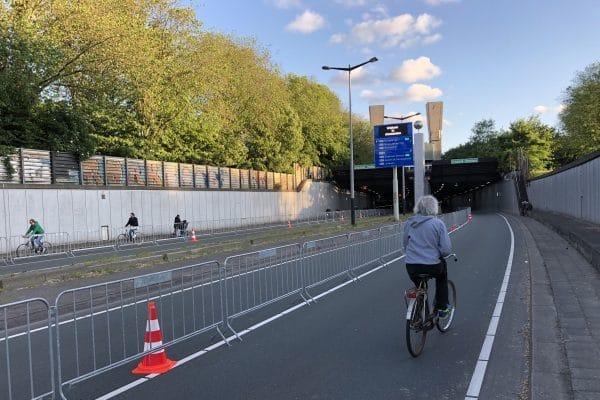 Fietsers_in_de_IJ-tunnel