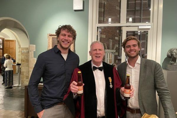 Jaap van den Herik (midden) met de Leidse docenten Legal Technologies Thomas Hellling (links) en Thomas Prikkel (rechts) (foto Monique Shaw)