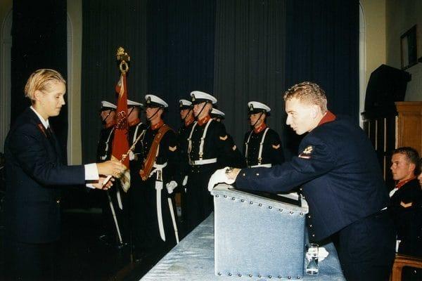 De uitreiking van de ponjaard aan Nataschja Hummel (l) door de voorzitter van de Senaat van het Korps Adelborsten, na afloop van de Korpsintroductie. Een dag later volgde haar officiële installatie als adelborst (najaar 1997).