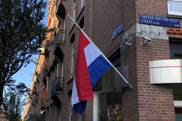 Vlaggen halfstok voor Derk Wiersum_