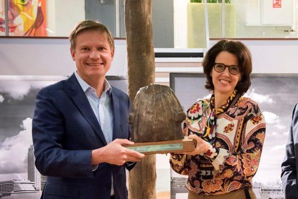 Blije Ploum-partners Willem Leppink en Dorine ten Brink met de Gouden Toga, de vakjuryprijs
